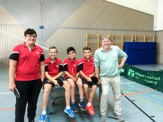 Das Bild zeigt die zweite Jungenmannschaft von links: Sinan Bulut, Tim Lienert, Behzad Amini, Nick Opitz sowie Betreuer Detlev Amend